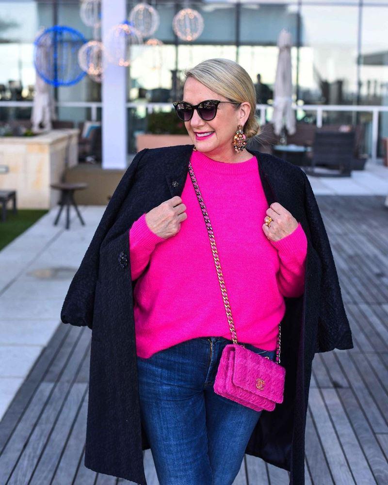 Стиль 60+ наряды от американки Кимберли - Свитер оттенка фуксии с джинсами и чёрным пальто