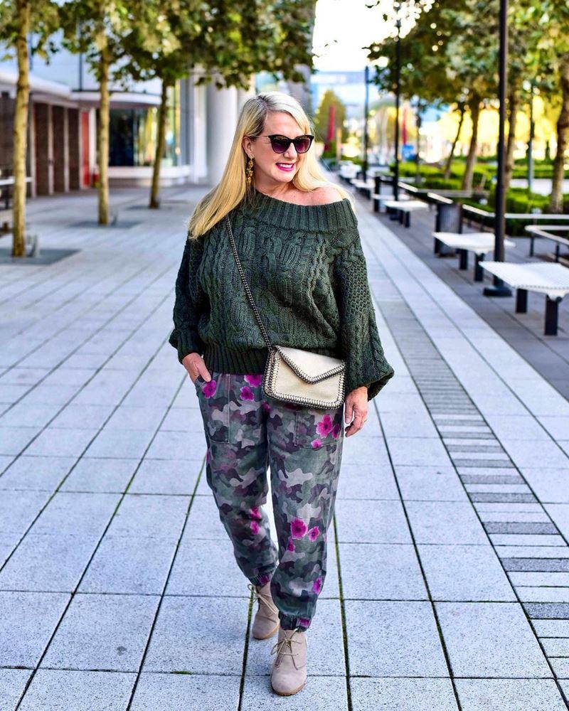 Стиль 60+ наряды от американки Кимберли - Свитер хаки крупной вязки с брюками с защитным принтом
