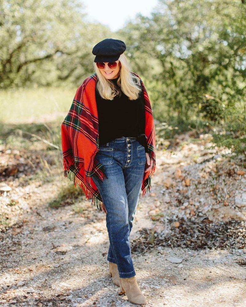 Стиль 60+ наряды от американки Кимберли - Джинсы с чёрным свитером и красным клетчатым шарфом