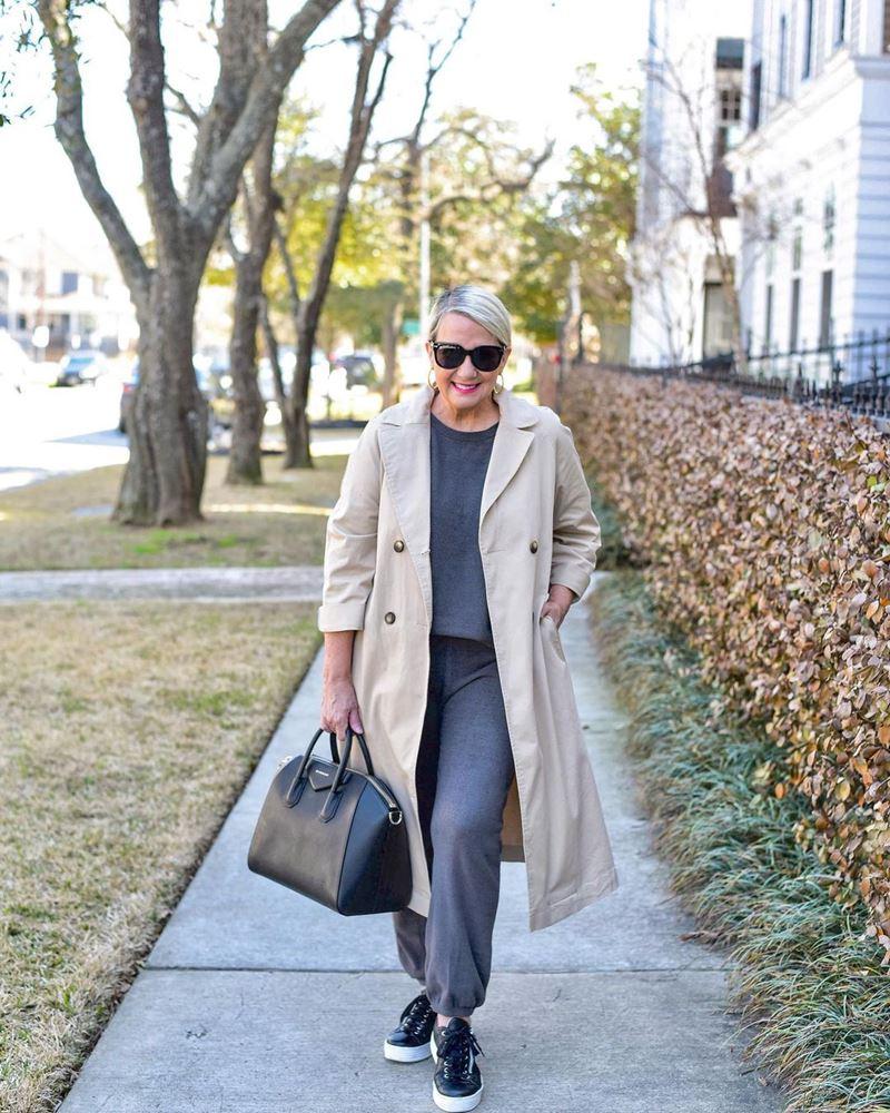 Стиль 60+ наряды от американки Кимберли - Серый свитер с брюками из тонкого трикотажа с бежевым тренчем