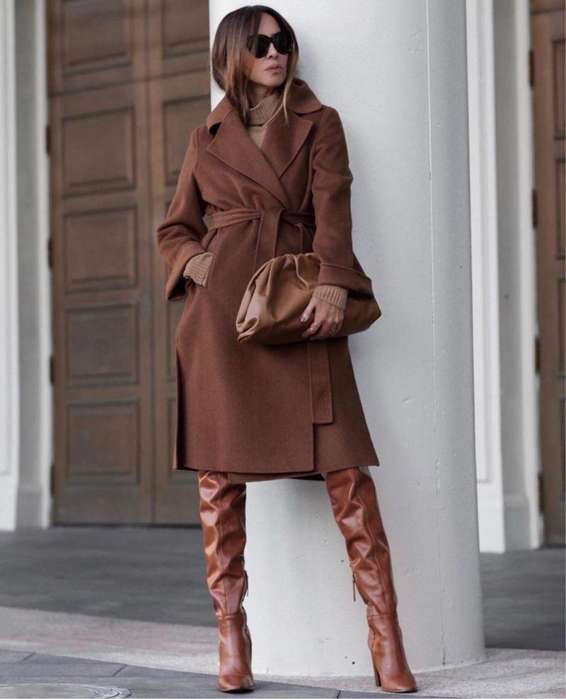 Образы на осень в пальто и бежевом - Шоколадно-коричневое пальто-халат + свитер + высокие ботфорты