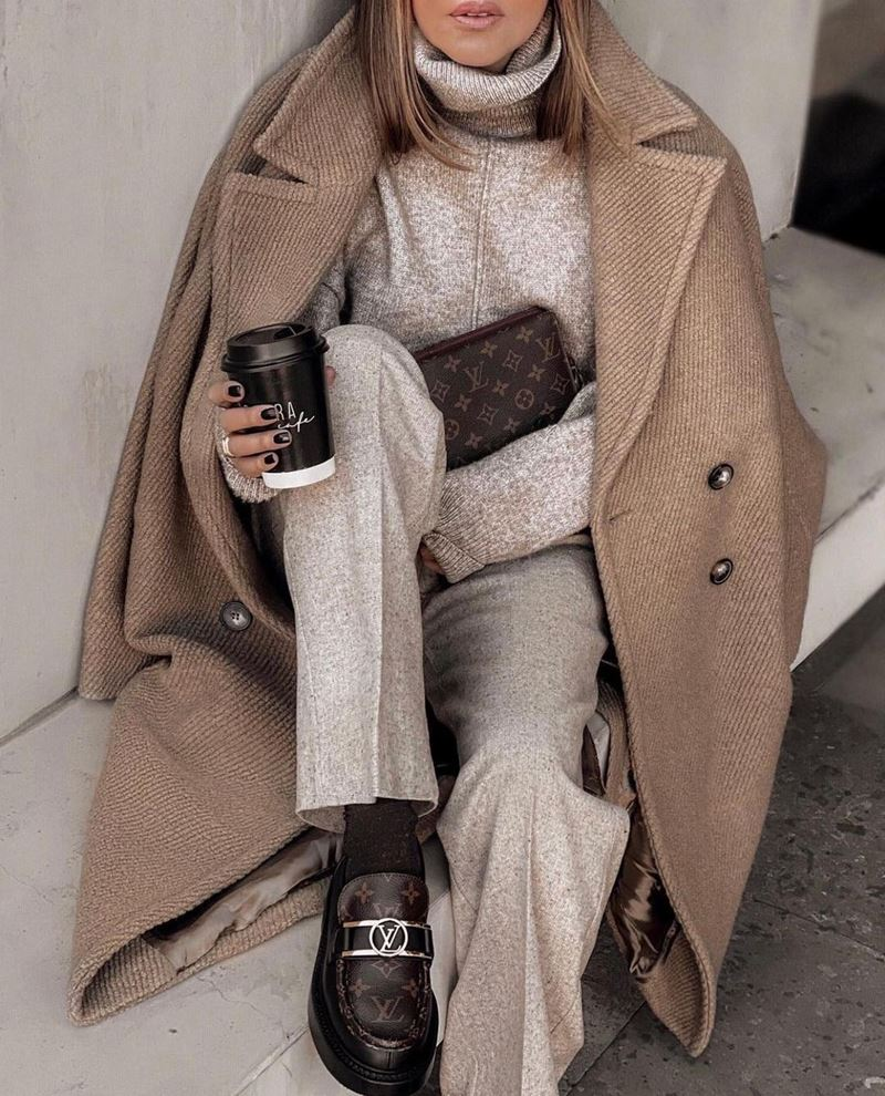 Образы на осень в пальто и бежевом - Пальто + меланжевый свитер + брюки со стрелкой