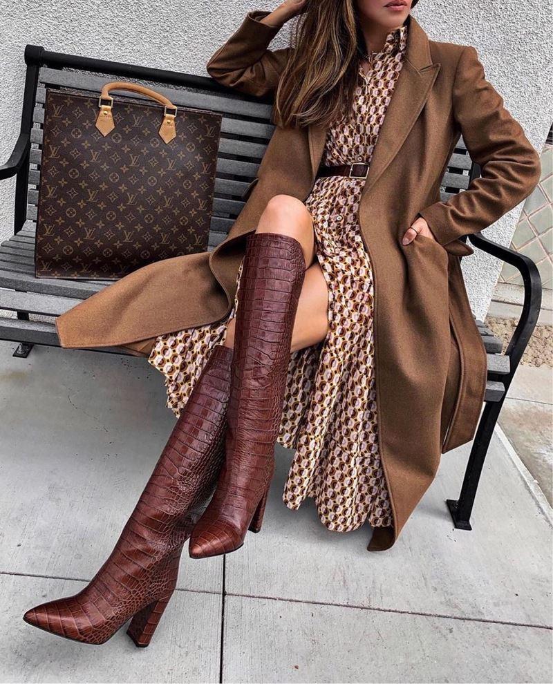 Образы на осень в пальто и бежевом - Платье-рубашка с принтом + кашемировое пальто + крокодиловые ботфорты