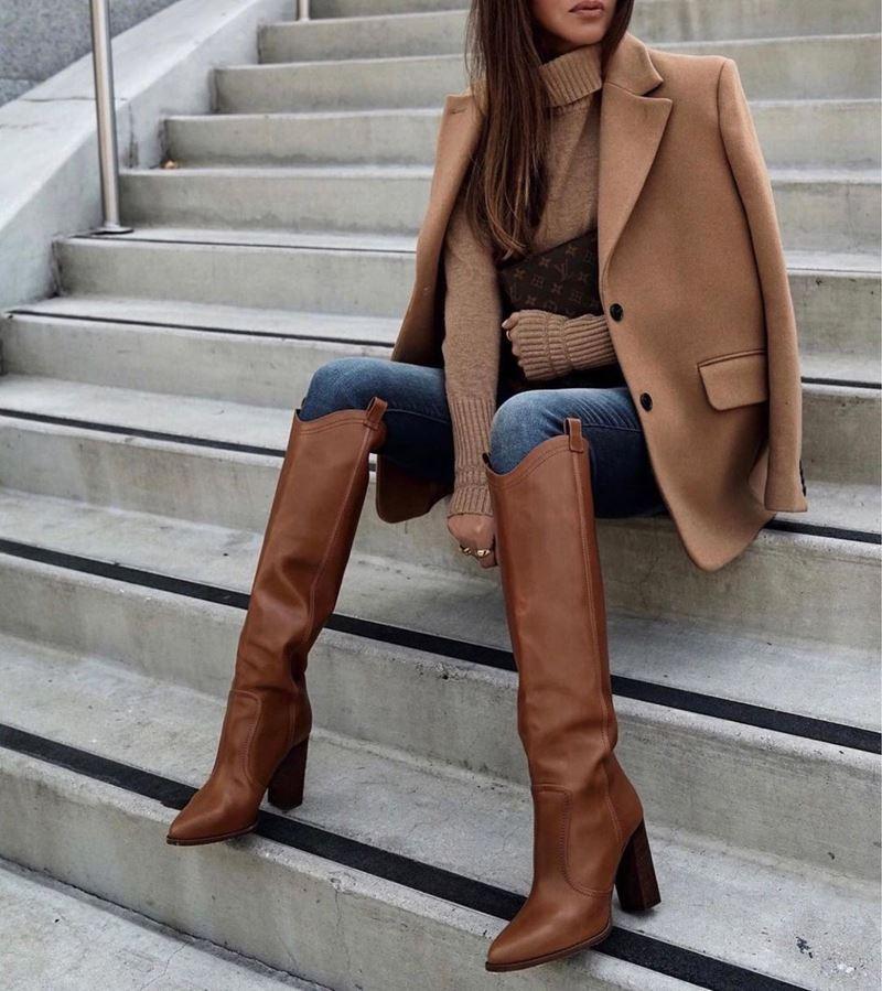 Образы на осень в пальто и бежевом - Пальто-жакет + синие свитер + джинсы + кожаные ботфорты