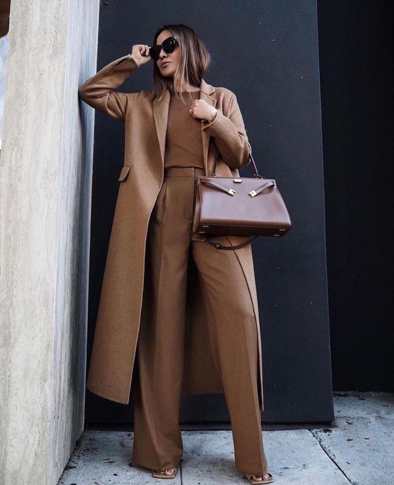Образы на осень в пальто и бежевом - Пальто без пуговиц + тонкий джемпер + брюки со стрелкой