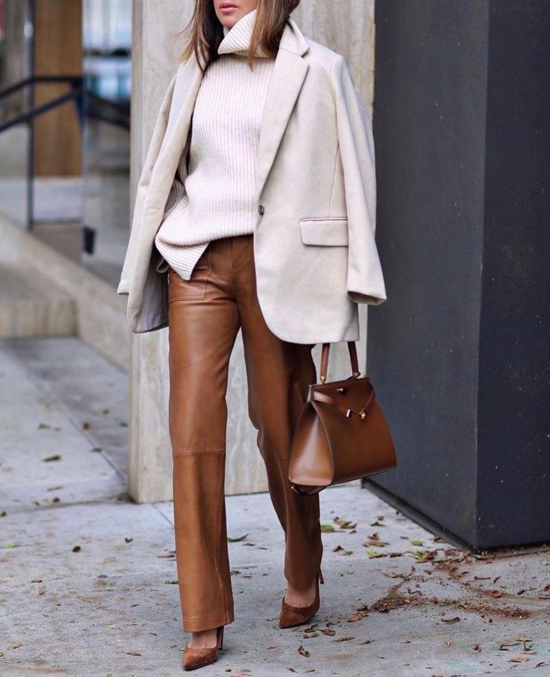 Образы на осень в пальто и бежевом - Белое полупальто + свитер + коричневые кожаные брюки