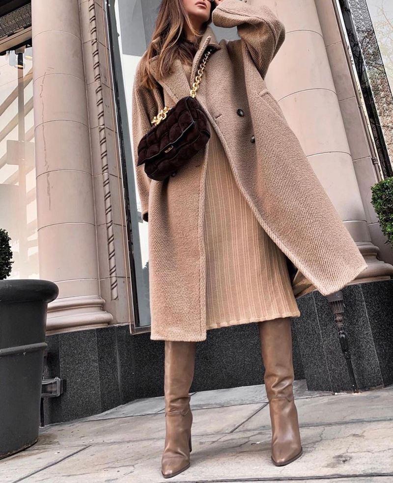 Образы на осень в пальто и бежевом - Пальто в рубчик + трикотажное платье + кожаные сапоги
