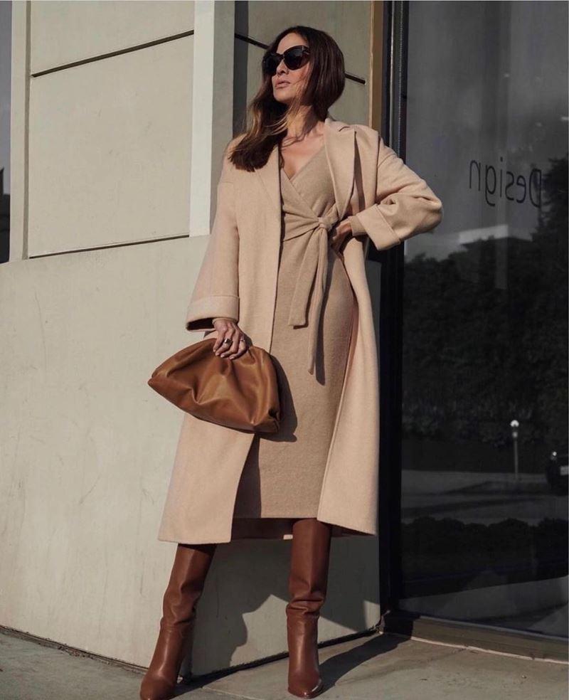 Образы на осень в пальто и бежевом - Трикотажное платье на запах + пальто без пуговиц