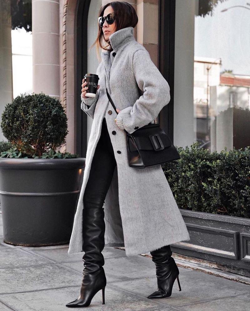 Модные образы в оттенках серого - Серое пальто на пуговицах + кожаные брюки + сапоги