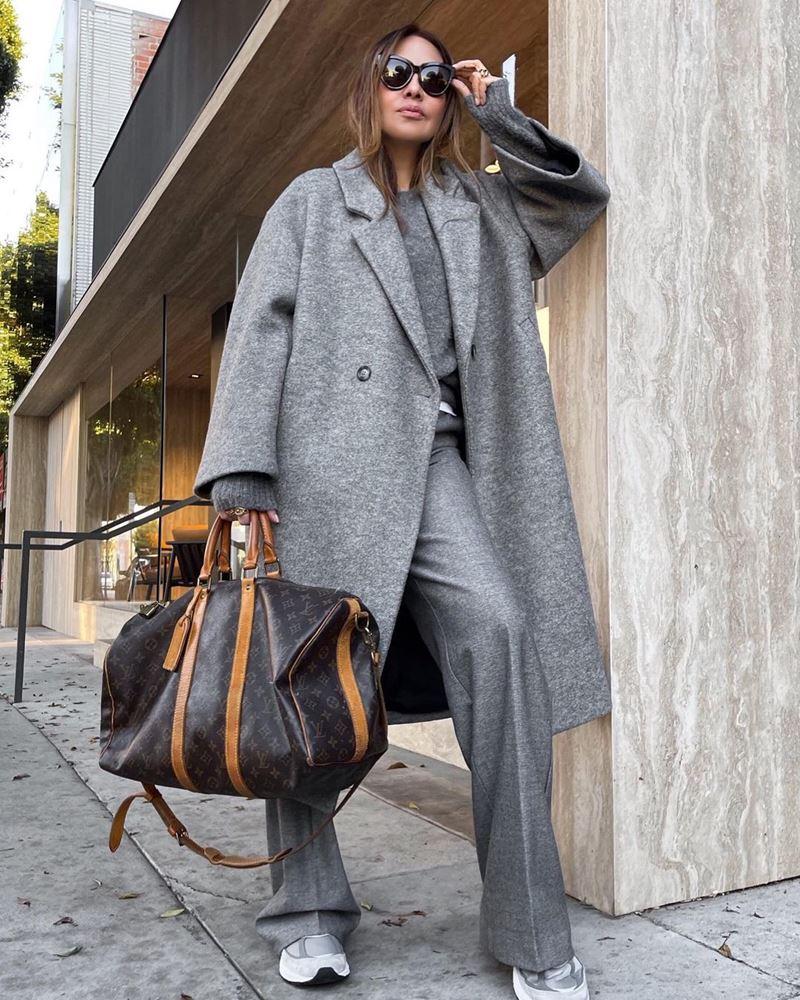 Модные образы в оттенках серого - Кашемировое пальто + джемпер + брюки + кроссовки