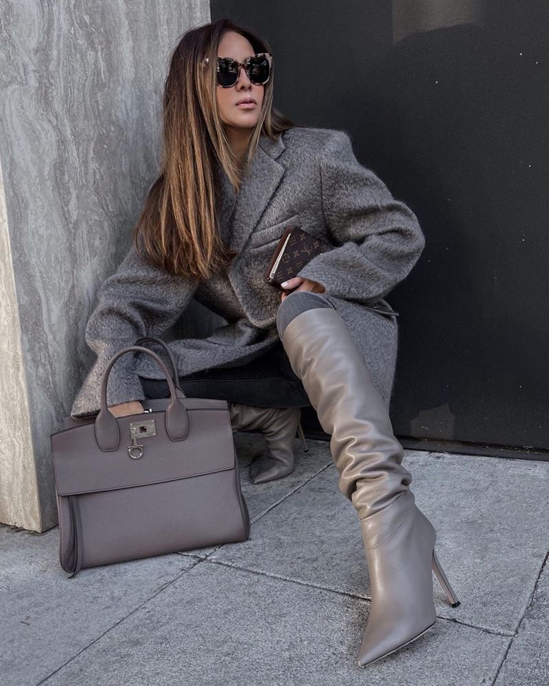 Модные образы в оттенках серого - Пальто оверсайз + джинсы + кожаные сапоги