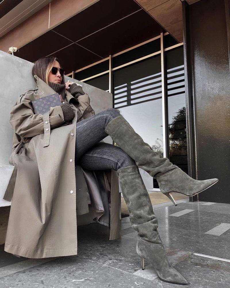 Модные образы в оттенках серого - Плащ + свитер + джинсы + замшевые сапоги