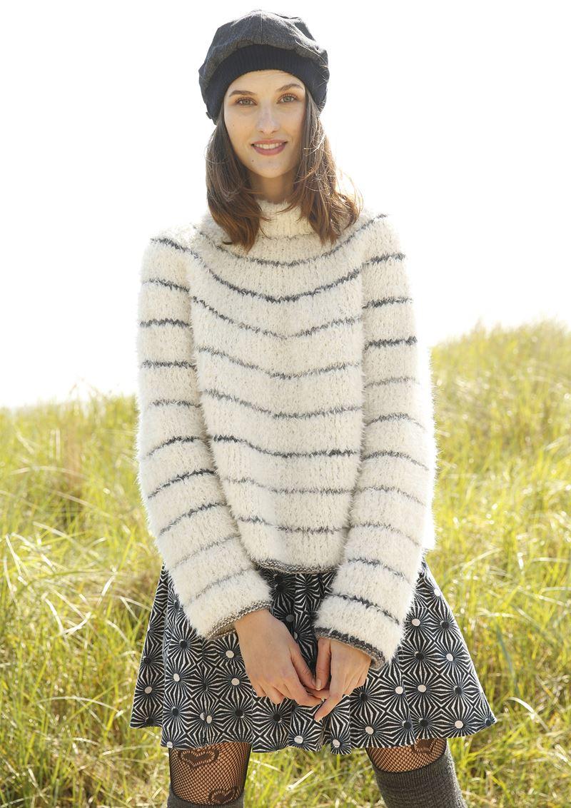 Трикотаж в полоску - Пушистый белый свитер в тонкую полоску