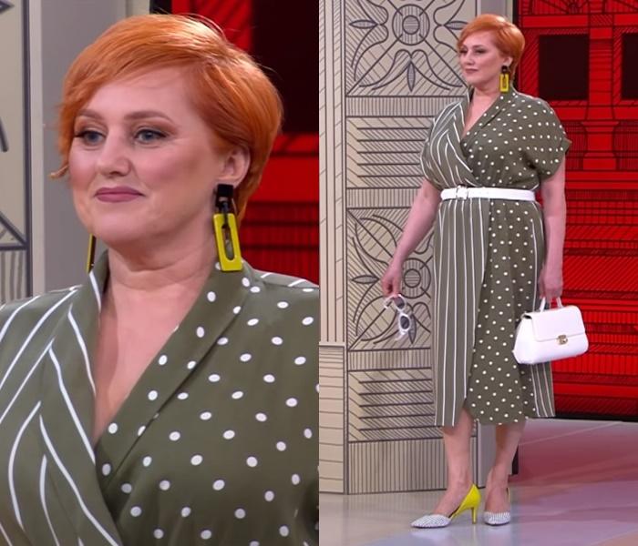 «Модный приговор» для женщины 60 лет - Платье хаки на запах с полосато-гороховым принтом