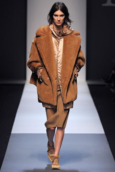 Коллекции осень-зима 2013-2014: Max Mara, пальто насыщенно бежевого цвета