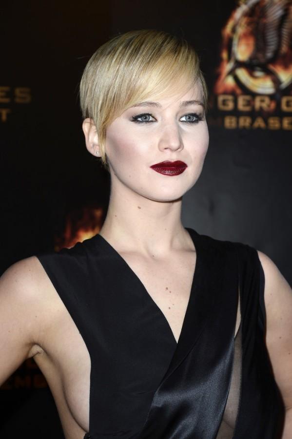 Стиль дженнифер лоуренс на премьере в париже, готический макияж, темные губы