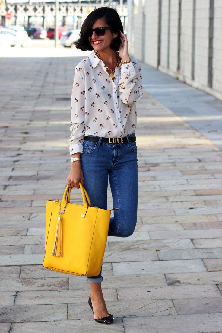 желтая сумка с джинсами и блузкой