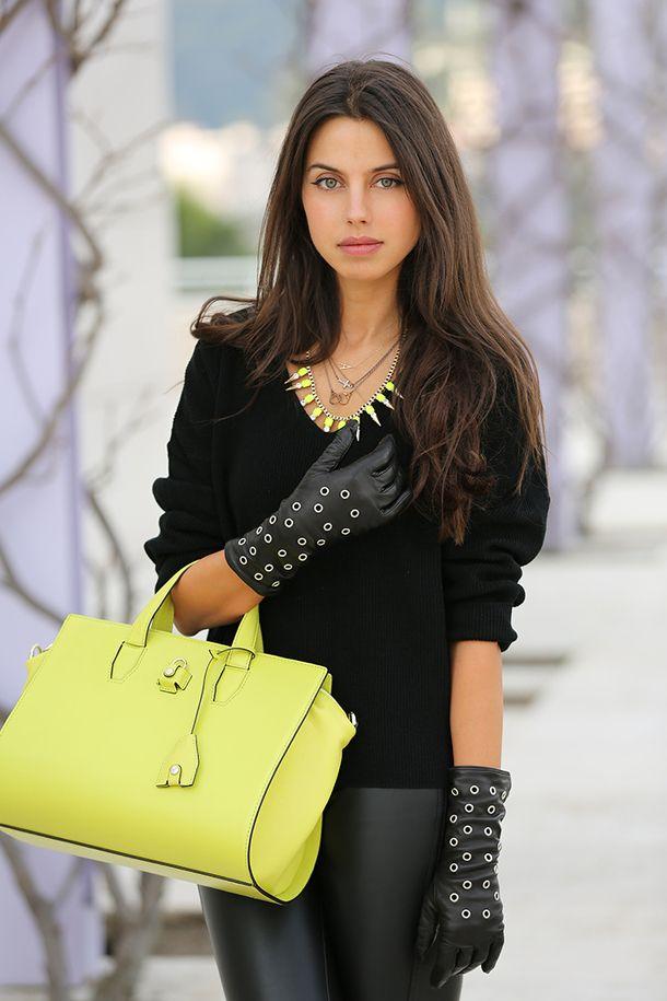 желтая сумка с черными кожаными штанами, топом и длинными перчатками