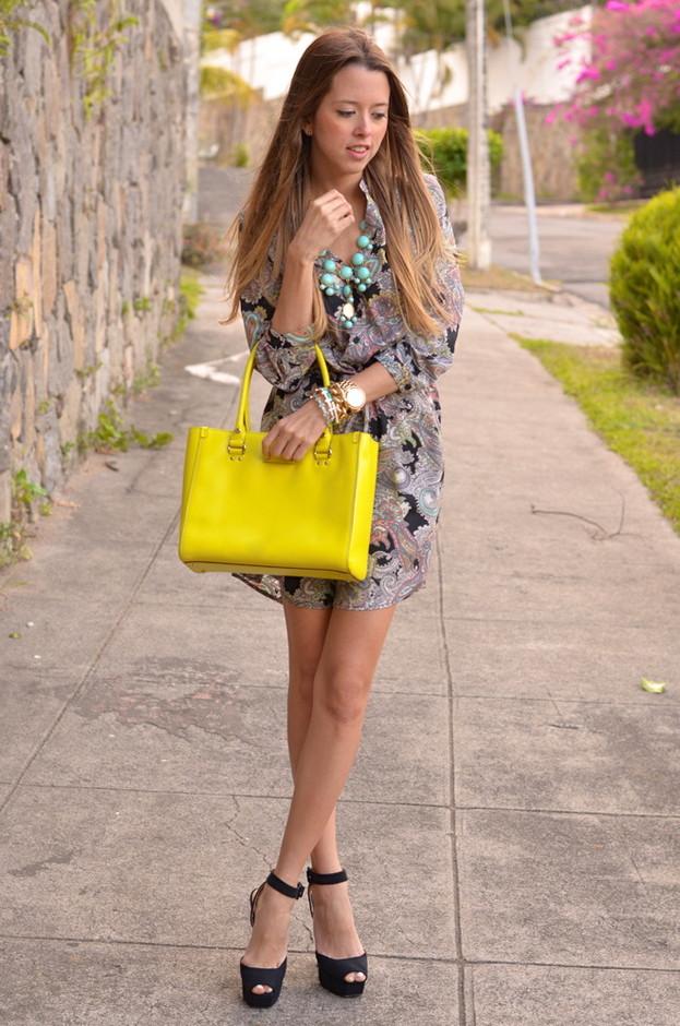 желтая сумка с цветочным платьем