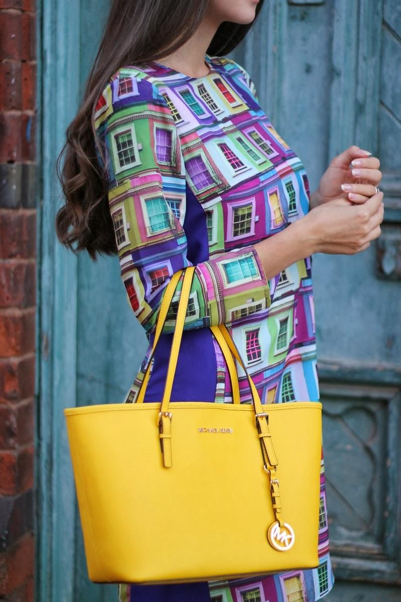 желтая сумка с ярким платьем с принтом
