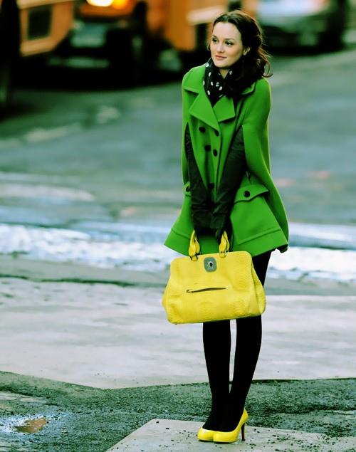 желтая сумка и зеленое пальто