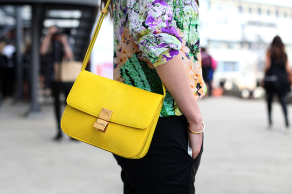 желтая сумочка с цветочным топом