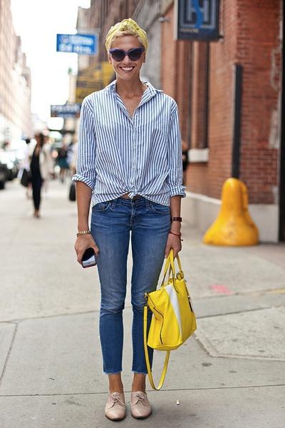 желтая сумка с джинсами и рубашкой