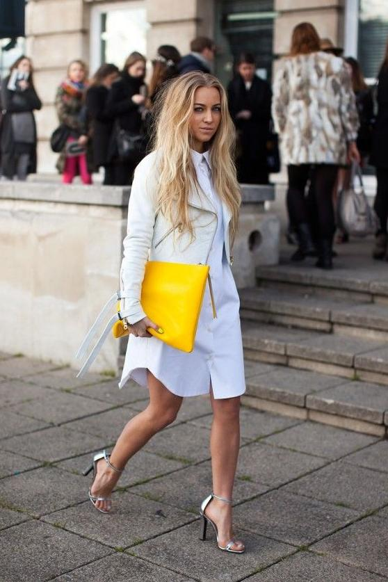 желтая сумка с платьем и курткой косухой