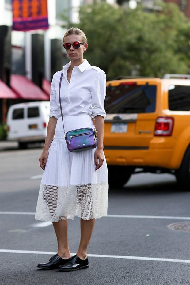 белая рубашка с белой юбкой, уличная мода Нью-Йорка 2014-2015