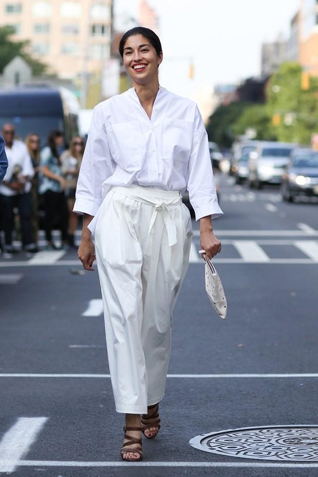 белая рубашка с белыми брюками, уличная мода Нью-Йорка 2014-2015