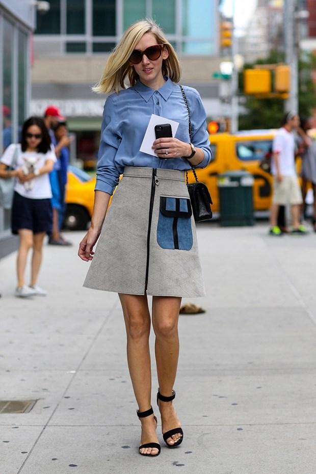 синяя блузка с юбкой колокол, уличная мода Нью-Йорка 2014-2015