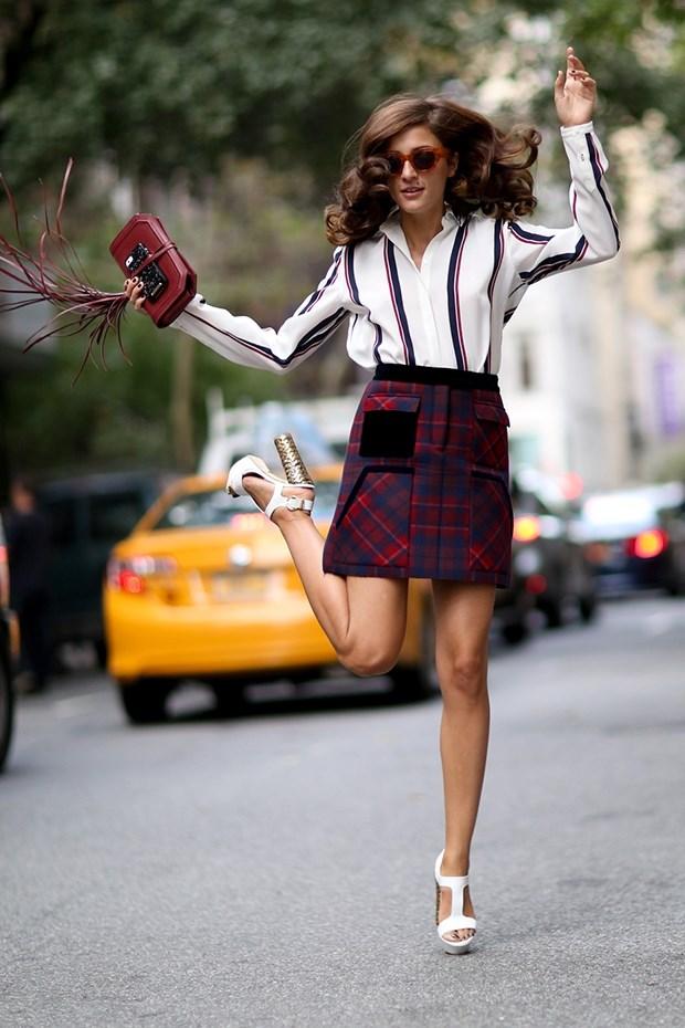 блузка в полоску с клетчатой юбкой , уличная мода Нью-Йорка 2014-2015