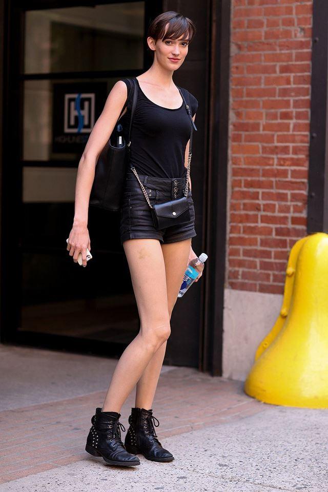 черный топ и черные шорты, уличная мода Нью-Йорка 2014-2015