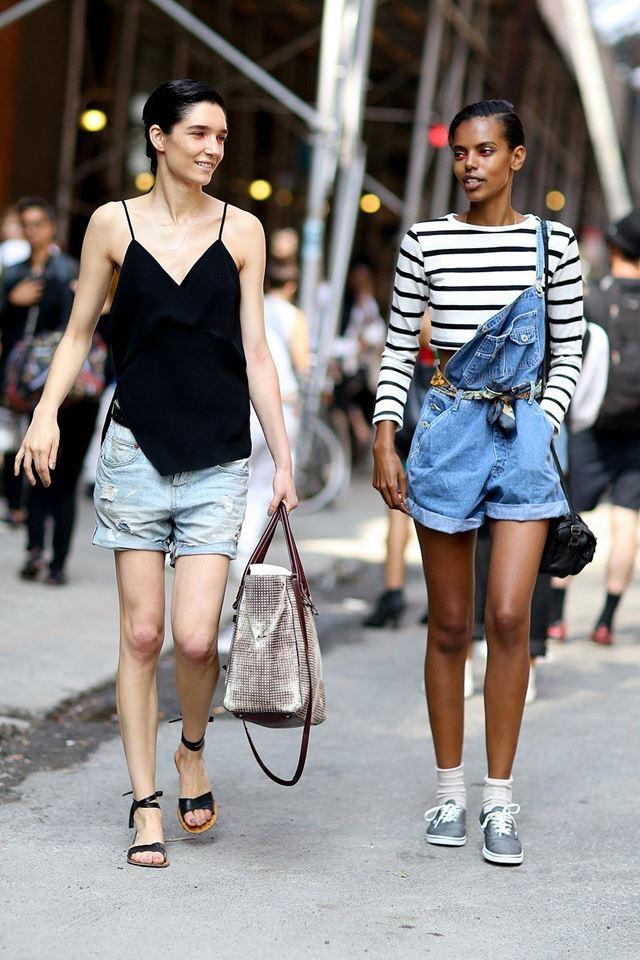 джинсовые шорты и полосатый топ, уличная мода Нью-Йорка 2014-2015