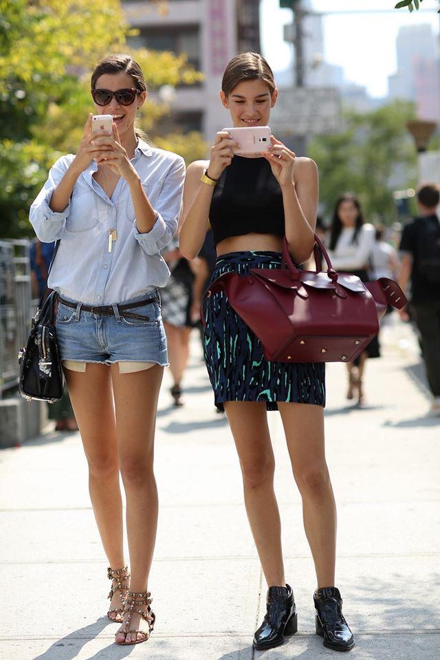 шорты, кроп-топ и рубашка, уличная мода Нью-Йорка 2014-2015