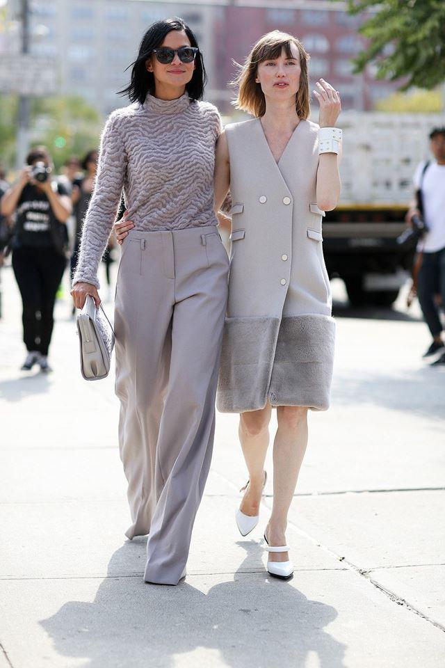 свитер, серые брюки и безрукавка с мехом, уличная мода Нью-Йорка 2014-2015