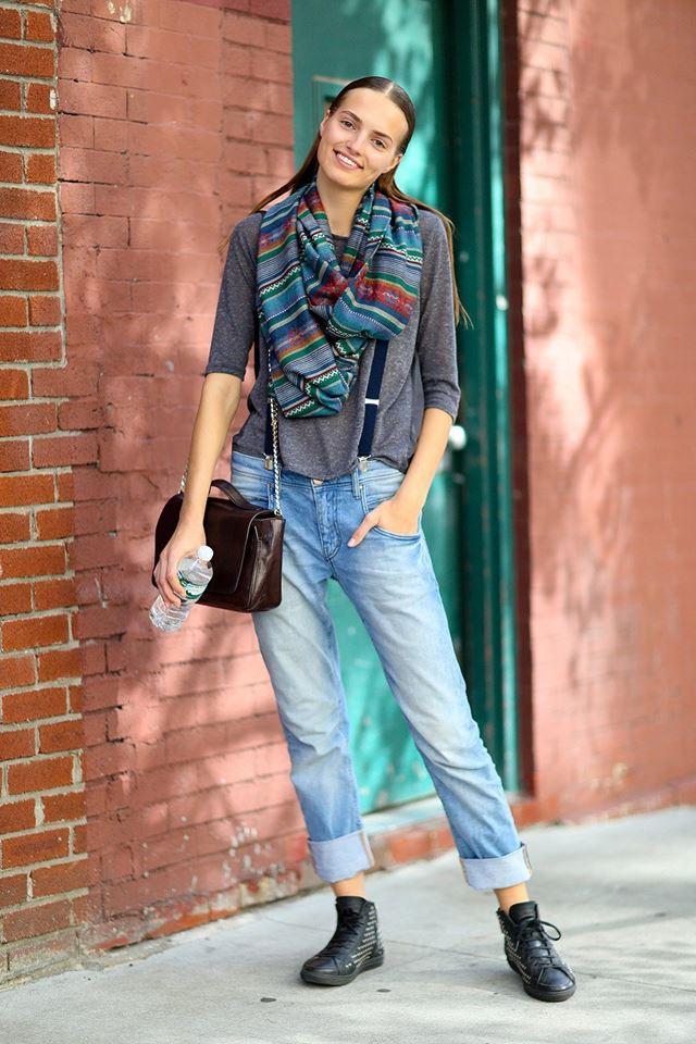 джинсы с подтяжками и серый джемпер, уличная мода Нью-Йорка 2014-2015