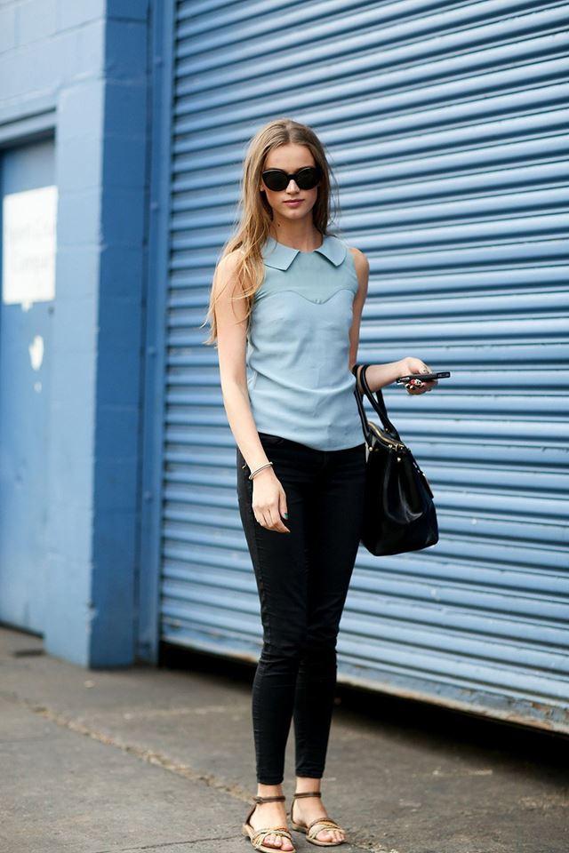 голубой топ с джинсами, уличная мода Нью-Йорка 2014-2015