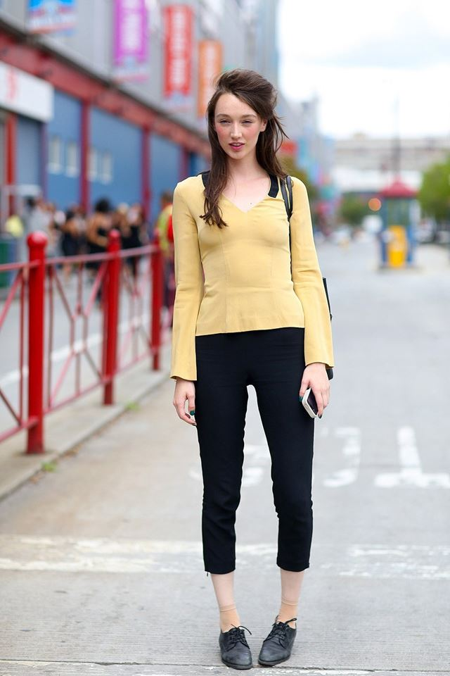 желтый топ с баской и черные леггинсы, уличная мода Нью-Йорка 2014-2015