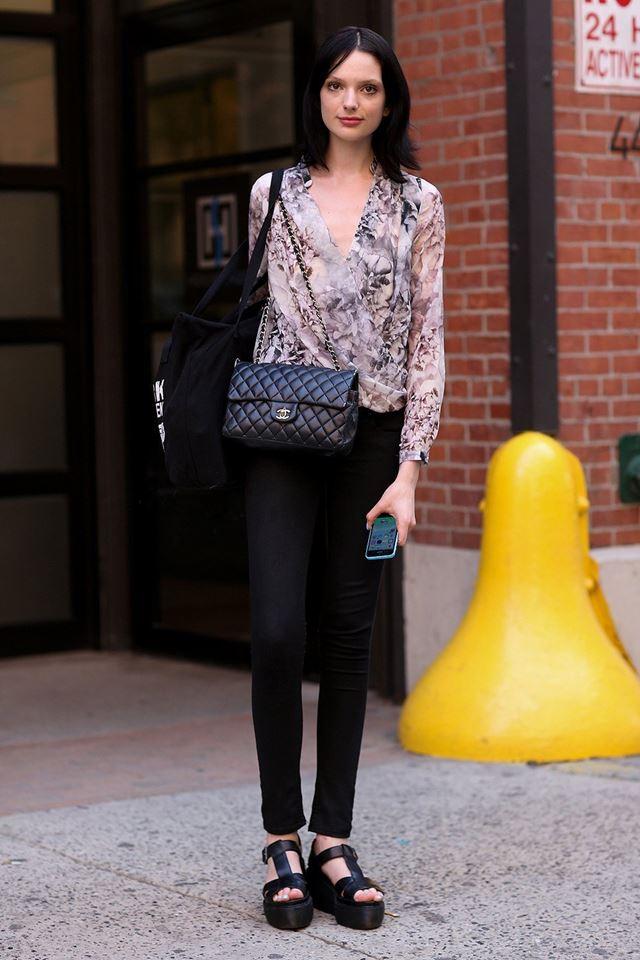 леггинсы, шифоновая блузка, уличная мода Нью-Йорка 2014-2015