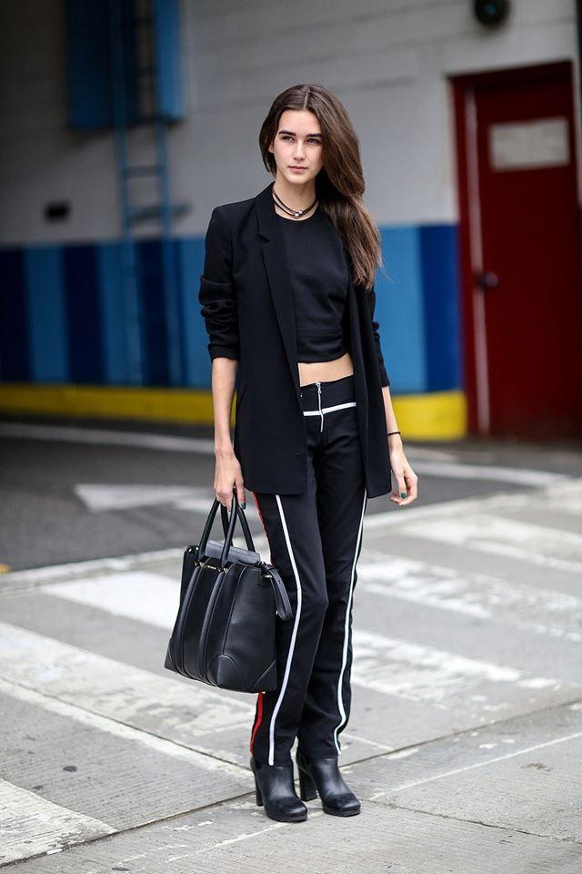 черный блейзер с черными брюками, уличная мода Нью-Йорка 2014-2015
