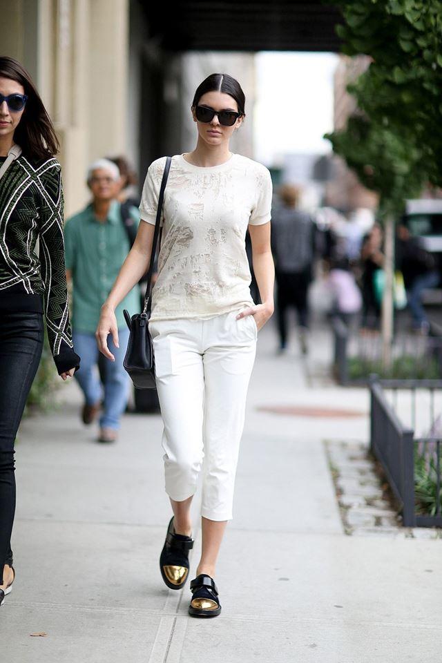 белая футболка с белыми брюками, уличная мода Нью-Йорка 2014-2015
