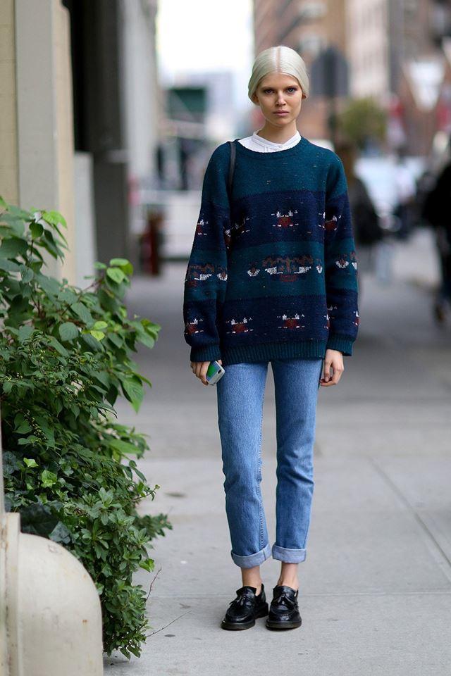 свитер с джинсами, уличная мода Нью-Йорка 2014-2015