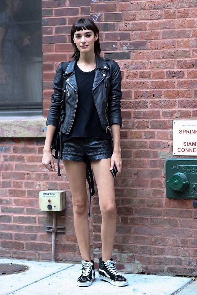 черная косуха, шорты и кроссовки, уличная мода Нью-Йорка 2014-2015