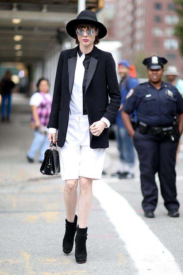 белые бриджи и черный пиджак смокинг, уличная мода Нью-Йорка 2014-2015