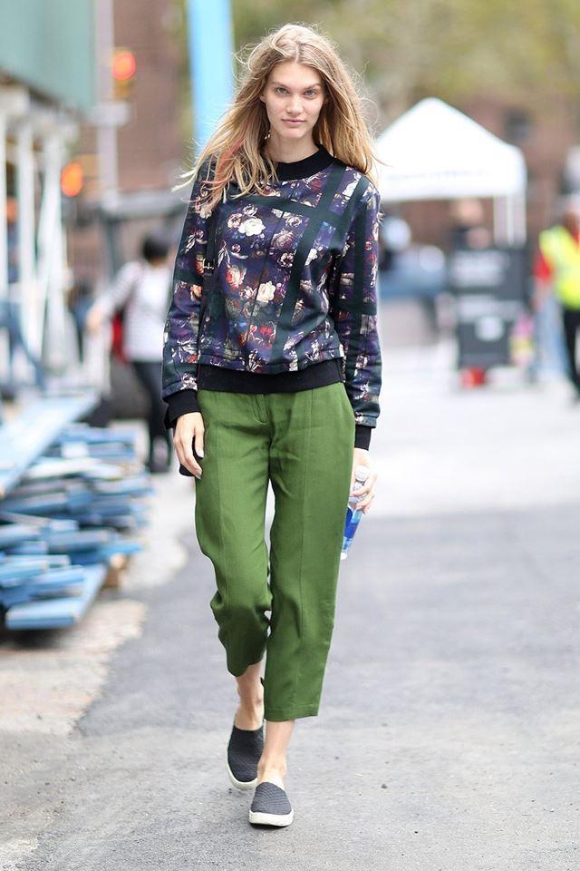 зеленые брюки с цветочным джемпером, уличная мода Нью-Йорка 2014-2015