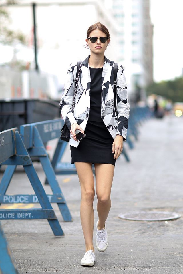 пиджак с принтом с черным платьем футляр, уличная мода Нью-Йорка 2014-2015