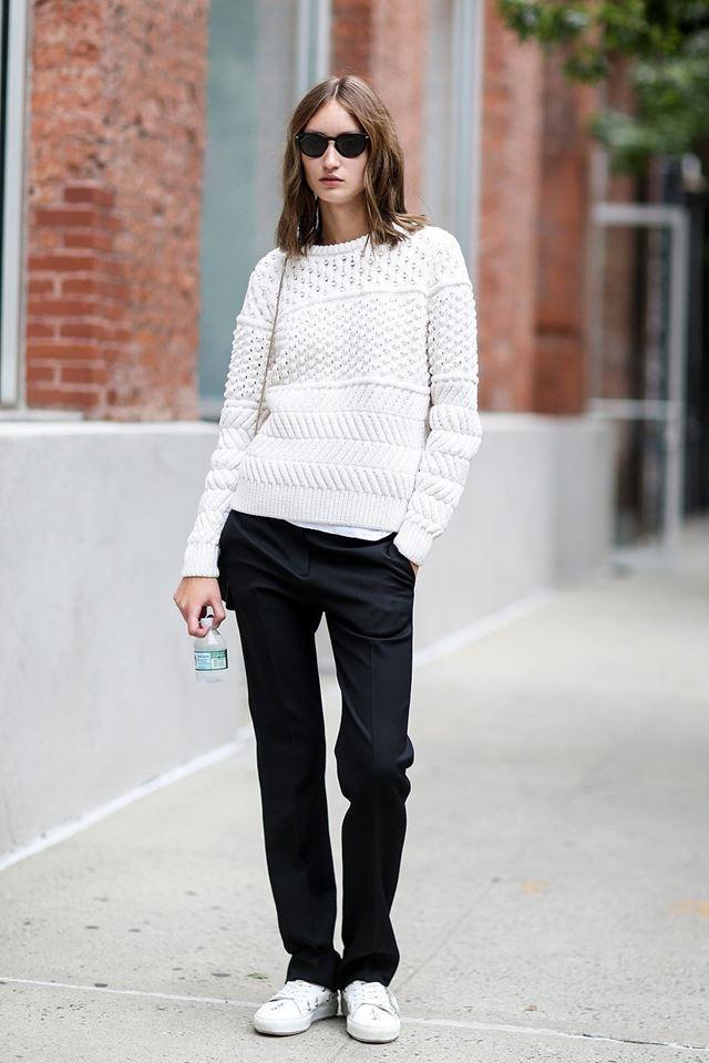 белый трикотажный свитер с черными брюками, уличная мода Нью-Йорка 2014-2015