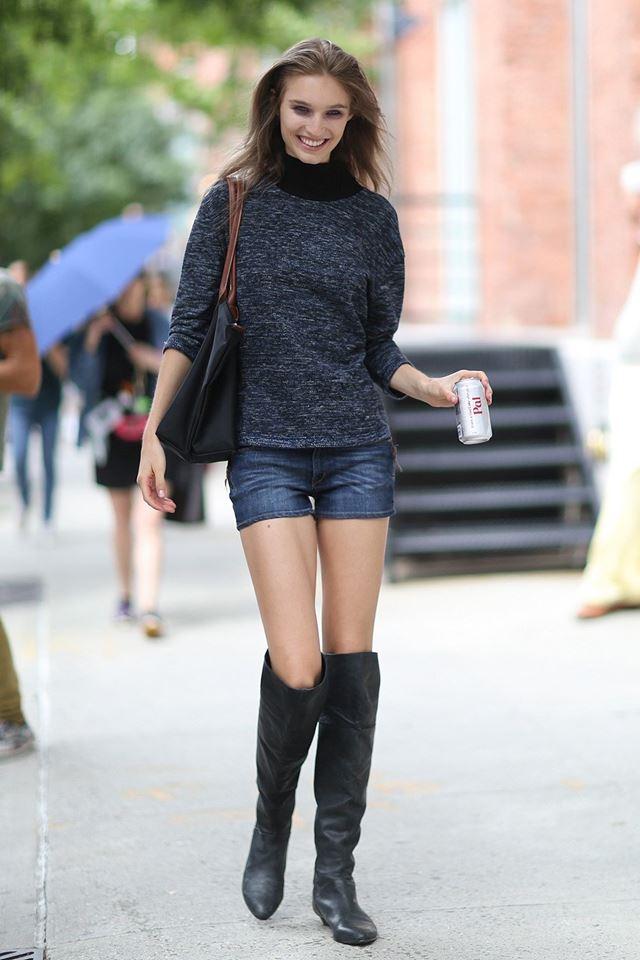 джинсовые шорты с серым свитером и сапогами, уличная мода Нью-Йорка 2014-2015