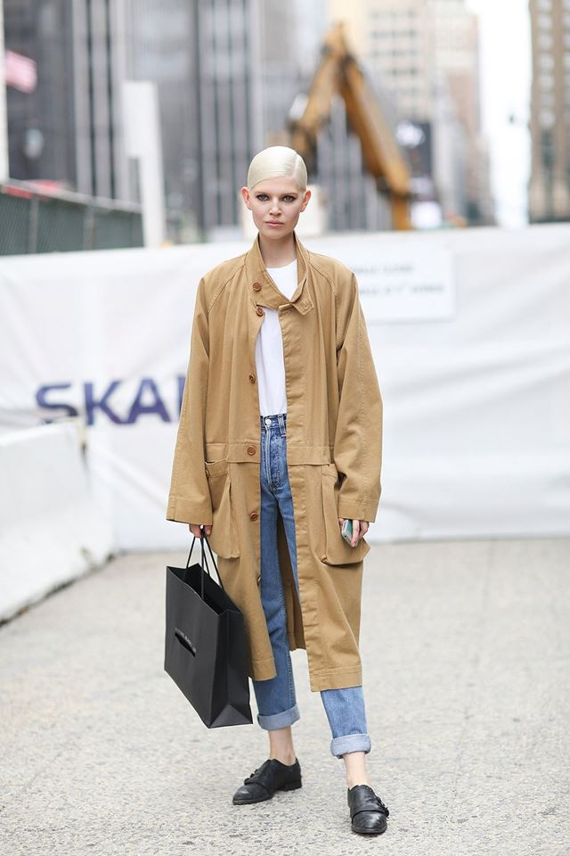 бежевое пальто длинное на пуговицах с джинсами, уличная мода Нью-Йорка 2014-2015